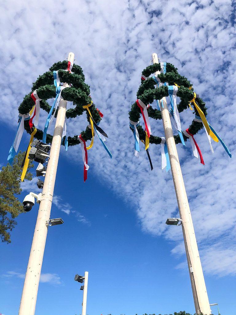Festlicher Maibaum zur Wiesnzeit mit blauem Himmel als Hintergrund