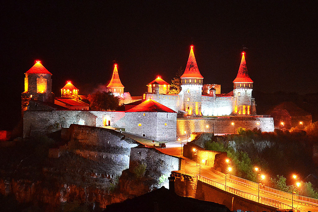 Festung im nacht. Kamenez-Podolsk Stadt