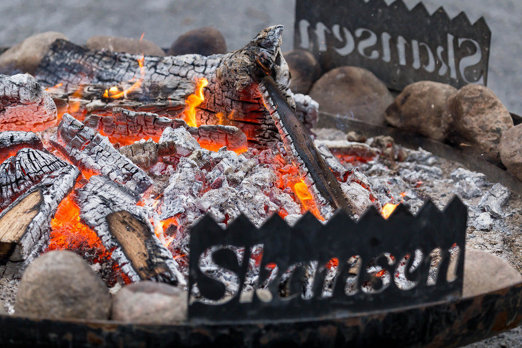 Feuer in Skansen mit Glut und Kohle