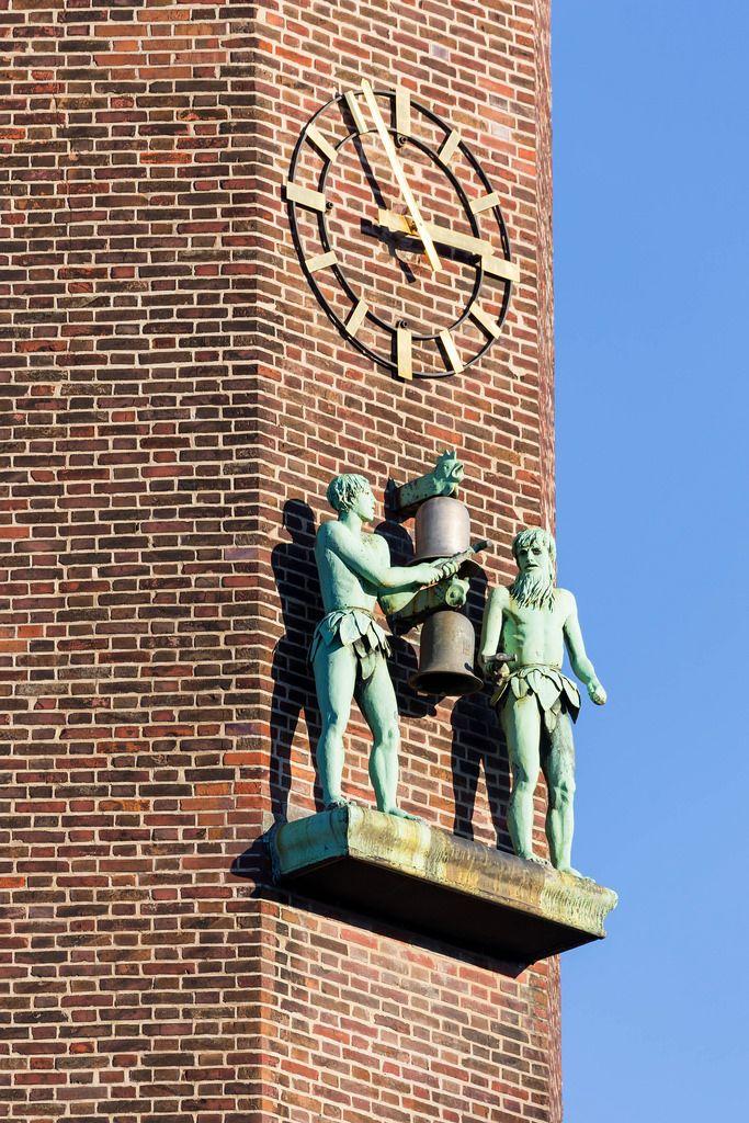 Figuren und Uhr am Turm des Haus Neuerburg Gebäudes