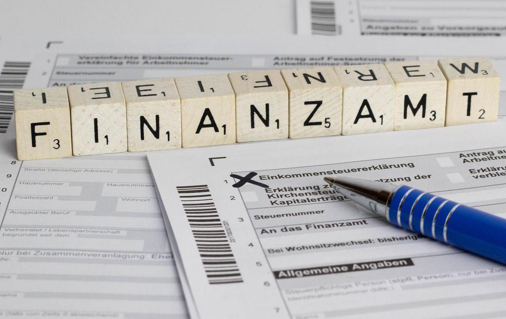 Finanzamt Steuererklärung - in Würfel-Schrift mit Kugelschreiber