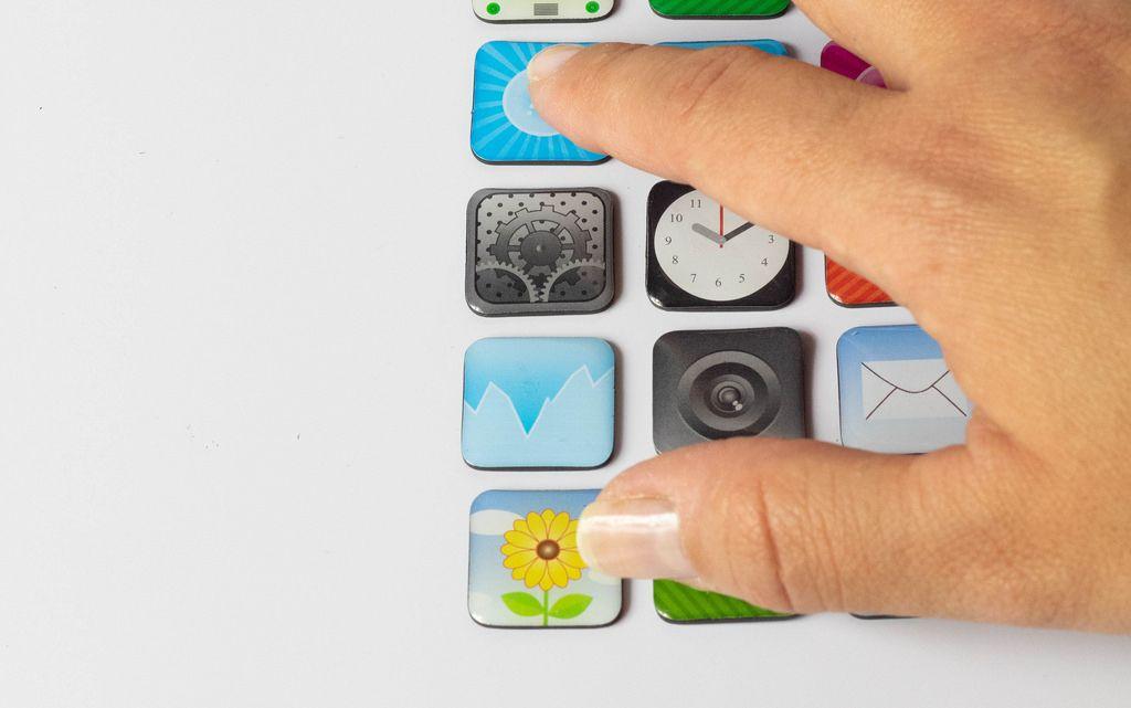 Finger drücken App-Symbole  auf weißem Hintergrund