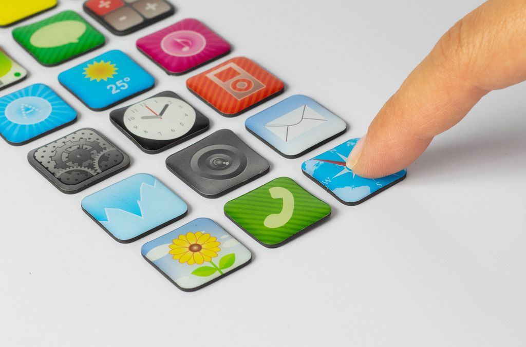Finger drückt die Webbrowser App auf weißem Hintergrund