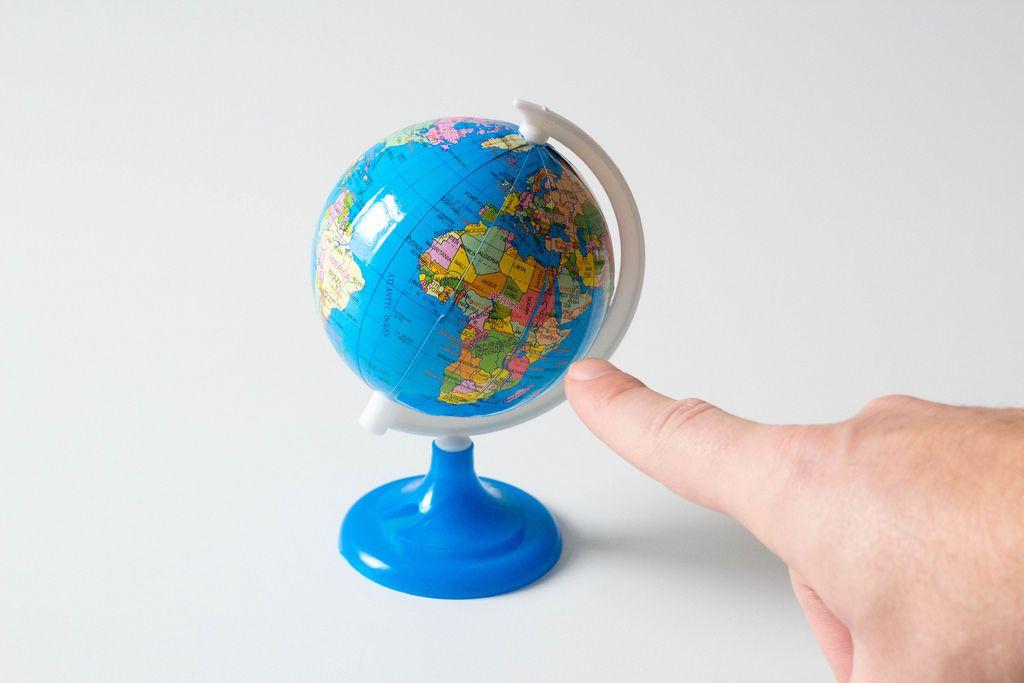 Finger zeigt auf Afrika auf einem Globus