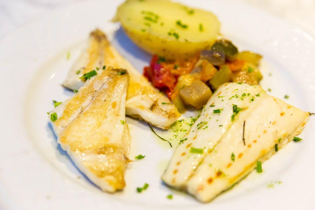 Fischfilet mit Pfannengemüse und halber Kartoffel
