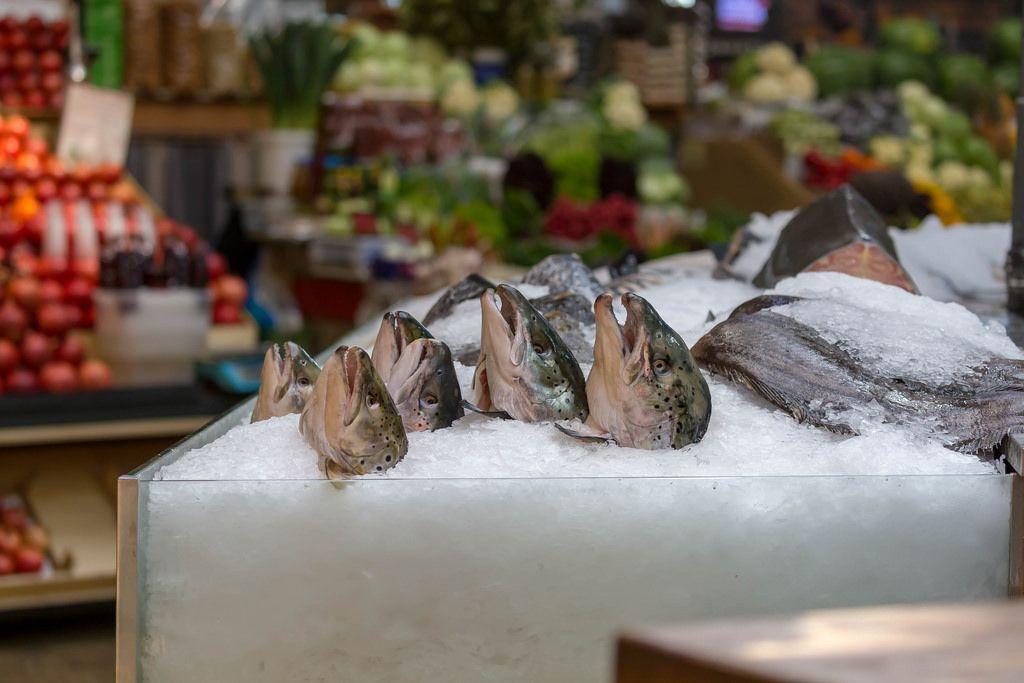 Fischköpfe in einem Fischgeschäft am Danilovsky Market in Moskau