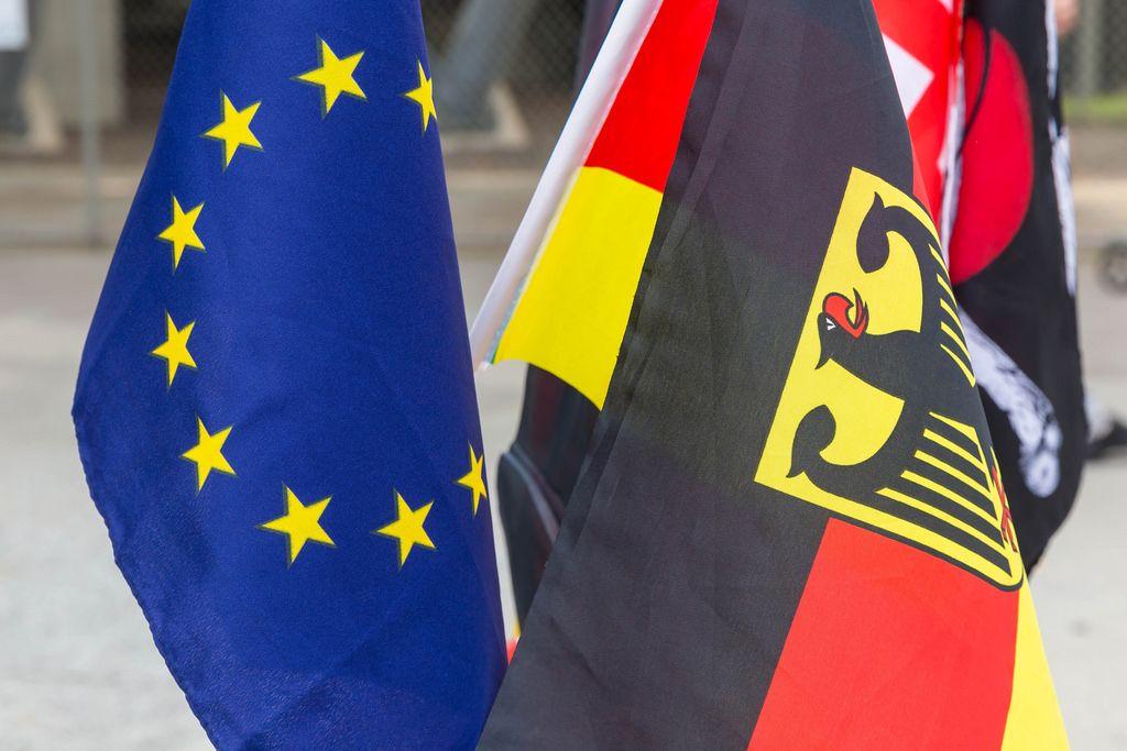 Flagge der Europäischen Union und Flagge Deutschlands