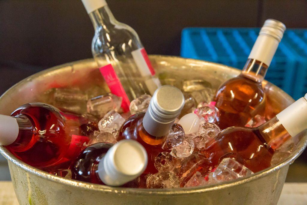 Flaschen mit rotem Vodka in Eis
