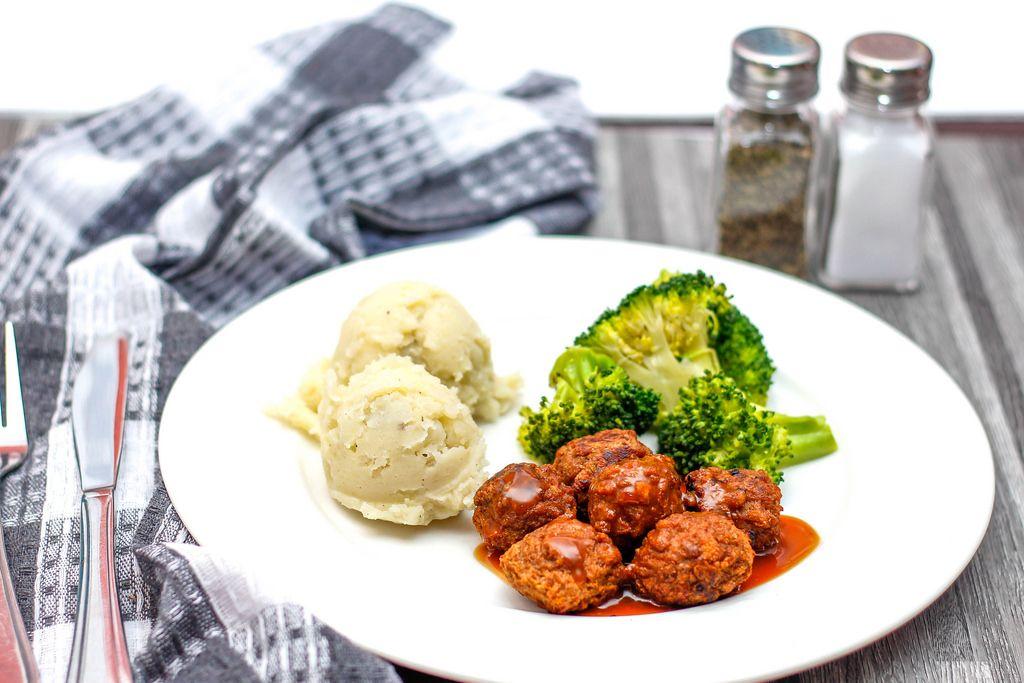 Fleischklößchen mit Kartoffelbrei und Brokkoli