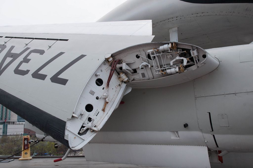 Flugzeug mit hochgeklapptem Flügel, USA