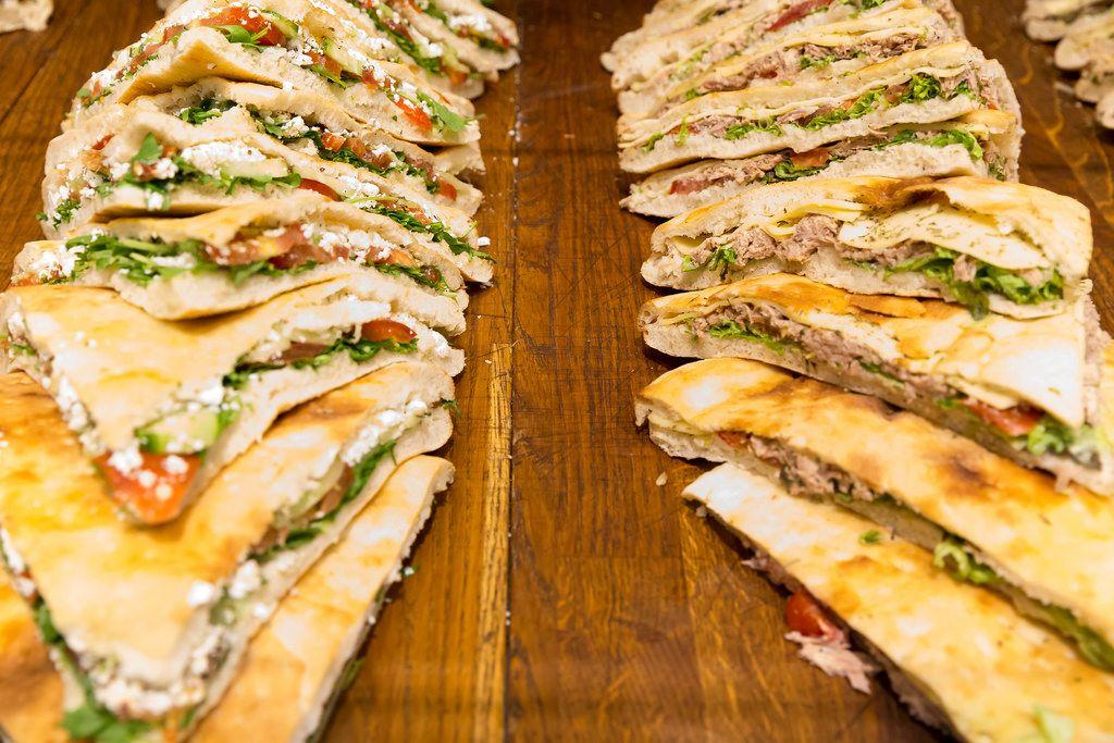 Focaccia Tonno: Blattsalat, Tomaten, Thunfisch, Gouda-Käse und Kräuter der Provence