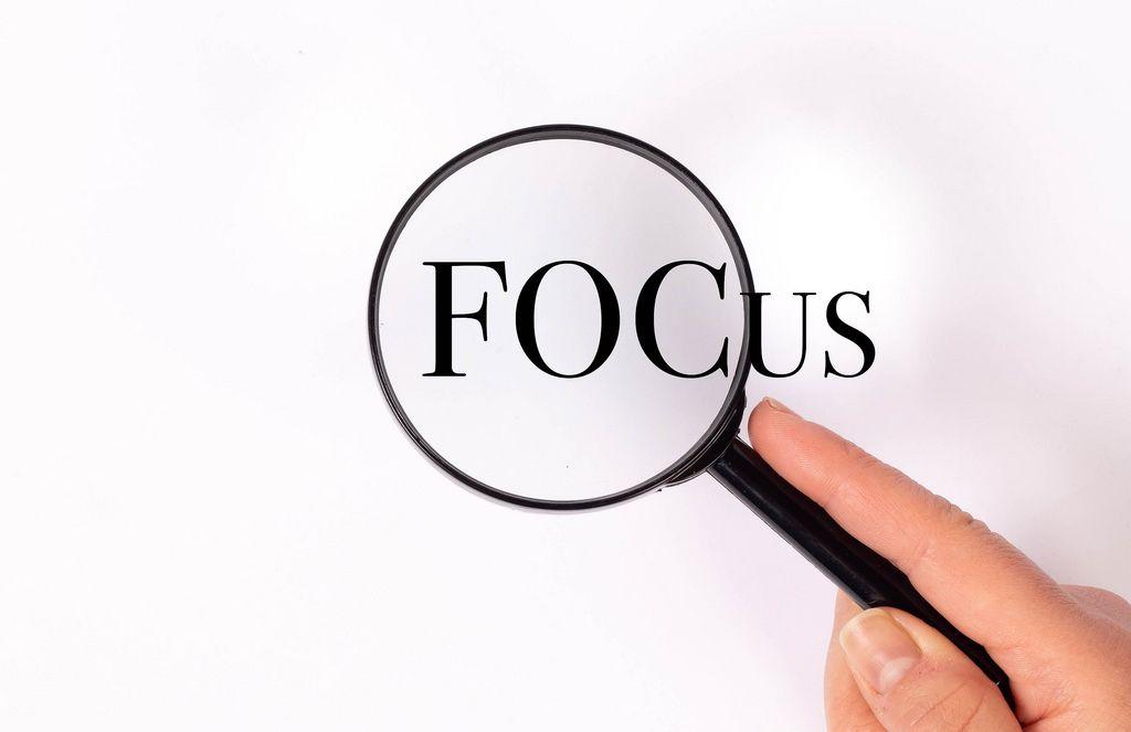 Focus unter der Lupe auf weißem Hintergrund