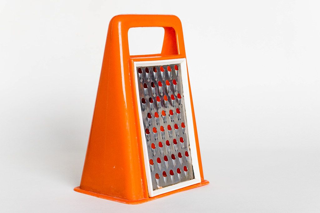 Food grater in a pylone format orange and white