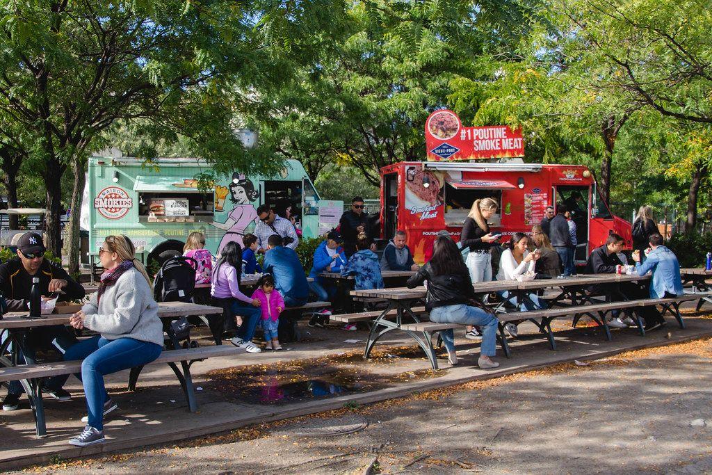 Foodtrucks in einem Park mit Gästen