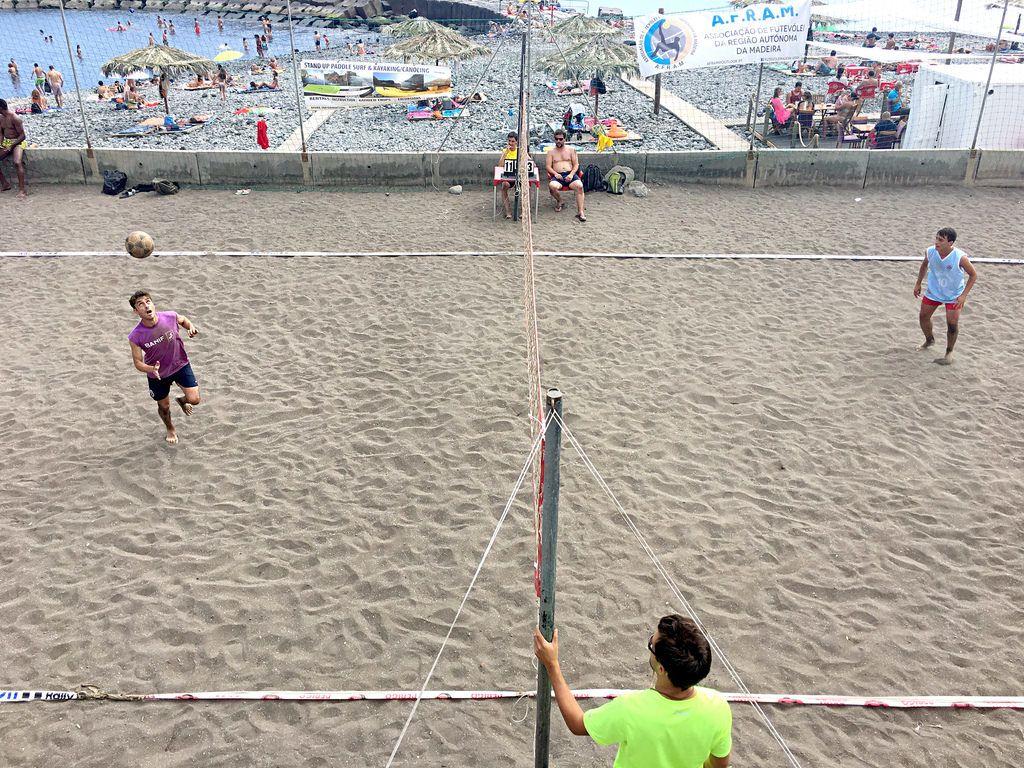 Footvolley; Trendsport aus Brasilien verbindet Volleyball und Fußball.