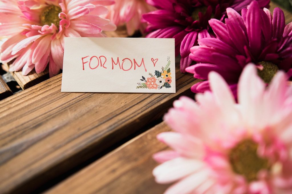 FOR MOM note beside pink flowers.DNG