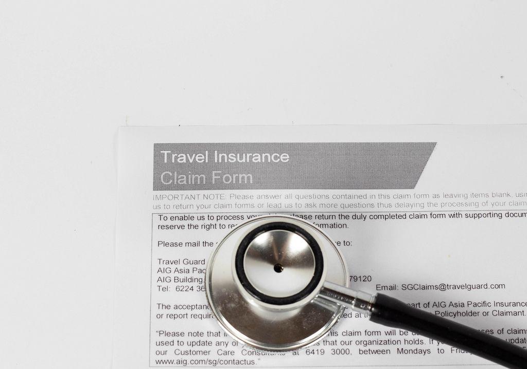 Formular einer Reiseversicherung und ein Stethoskop