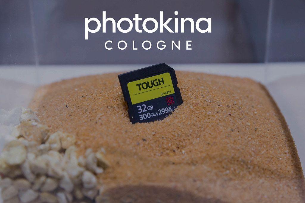 Fotografiezubehör: Tough 32GB Speicherkarte steckt im Sand, unter dem Bildtitel