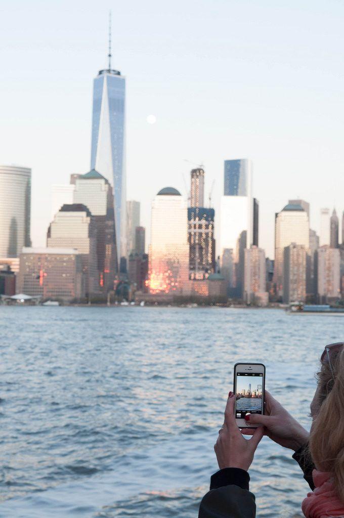 Frau Fotografiert Wtc Freedom Tower Mit Iphone In New York City Usa