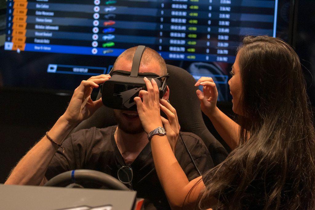 Frau hilft Mann beim Testen der Virtual Reality-Brille von AORUS