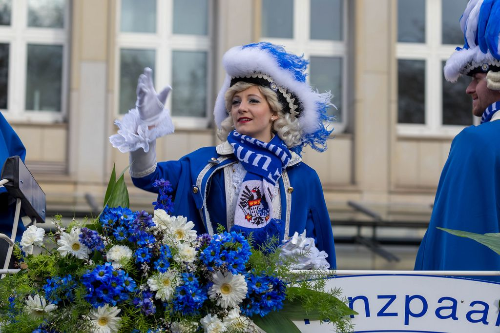 Frau in Uniform der Blauen Funken begrüßt die Zuschauer - Kölner Karneval 2018