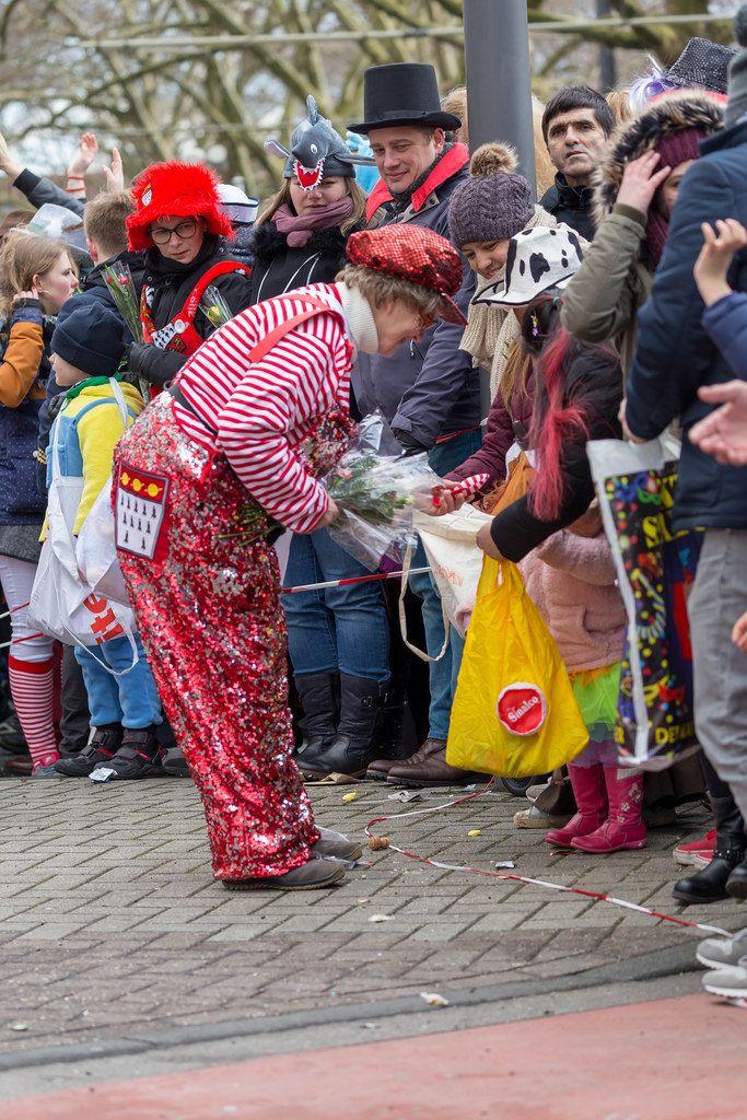 Frau schenkt einem Kind ein Ballon - Kölner Karneval 2018