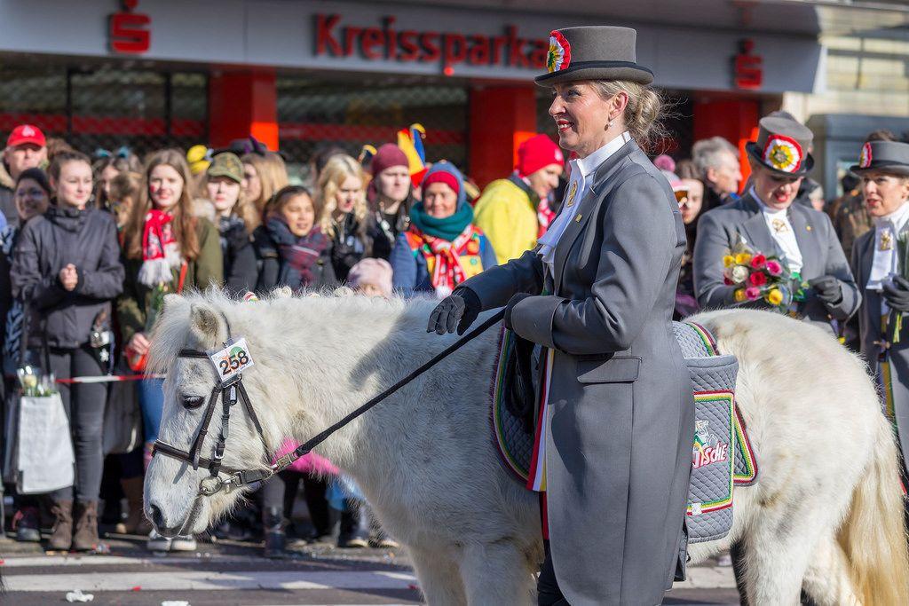 Frau von der Kölnischen Karnevalsgesellschaft 1945 mit einem Pony - Kölner Karneval 2018