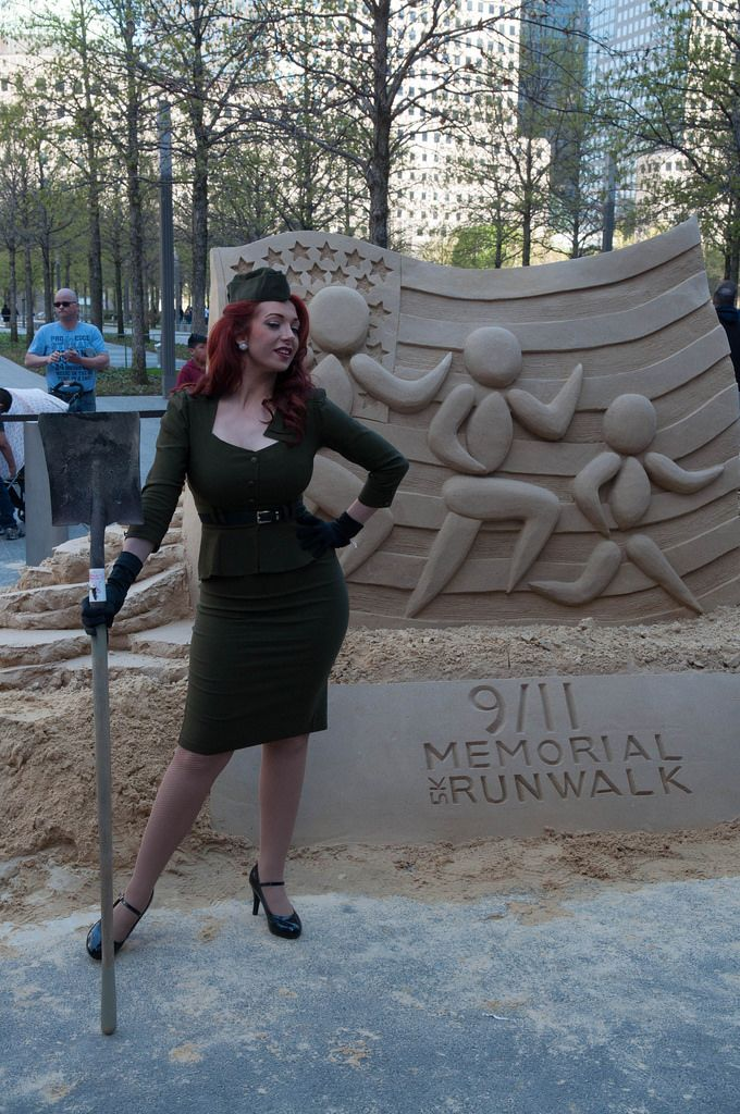 Frau vor 9/11 Memorial Runwalk Sandskulptur in New York CIty, USA