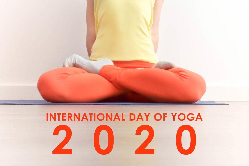 Frau während der Meditation in der Lotus Pose (Padmasana) mit dem Bildtitel  zum internationalen Yoga-Tag