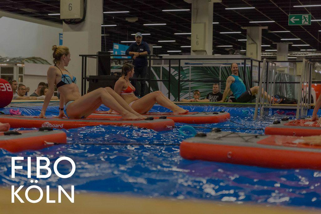 Frauen beim neuen Aquafitness-Trend auf Beboards während der Sportsmesse, mit dem Bildtitel