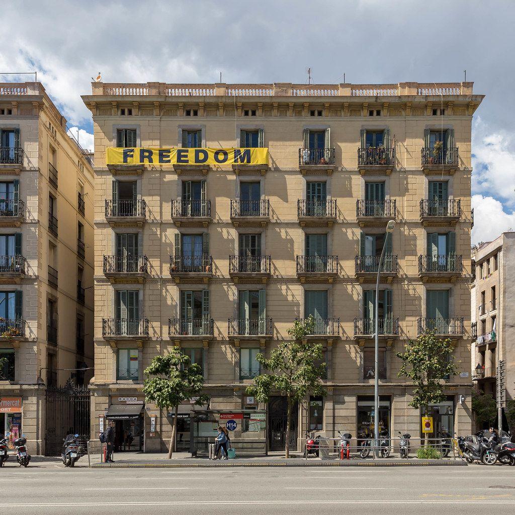 Freedon-Banner an spanischem Haus an der Av. del Marquès de l'Argentera solidarisiert sich mit Kataloniens Unabhängigkeitsbewegung in Barcelona