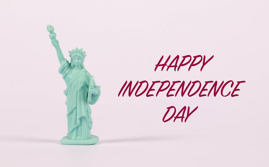 Freiheitsstatue vor rosa Hintergrund und dem Text