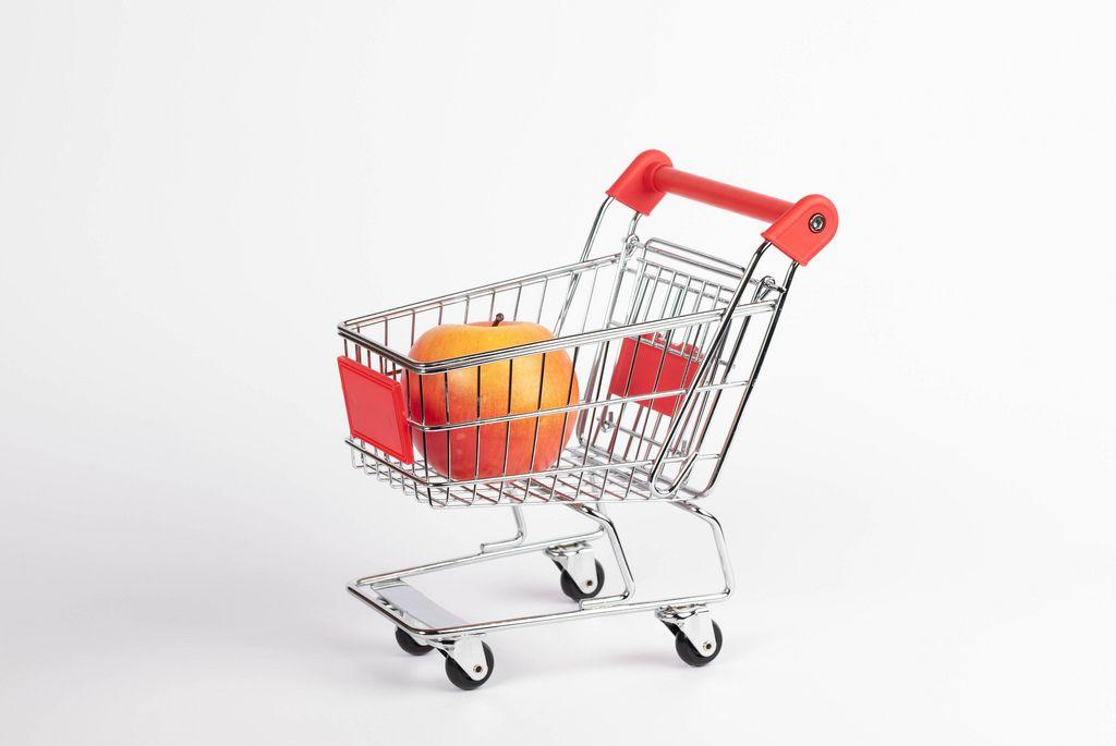 Fresh apple fruit in shopping cart