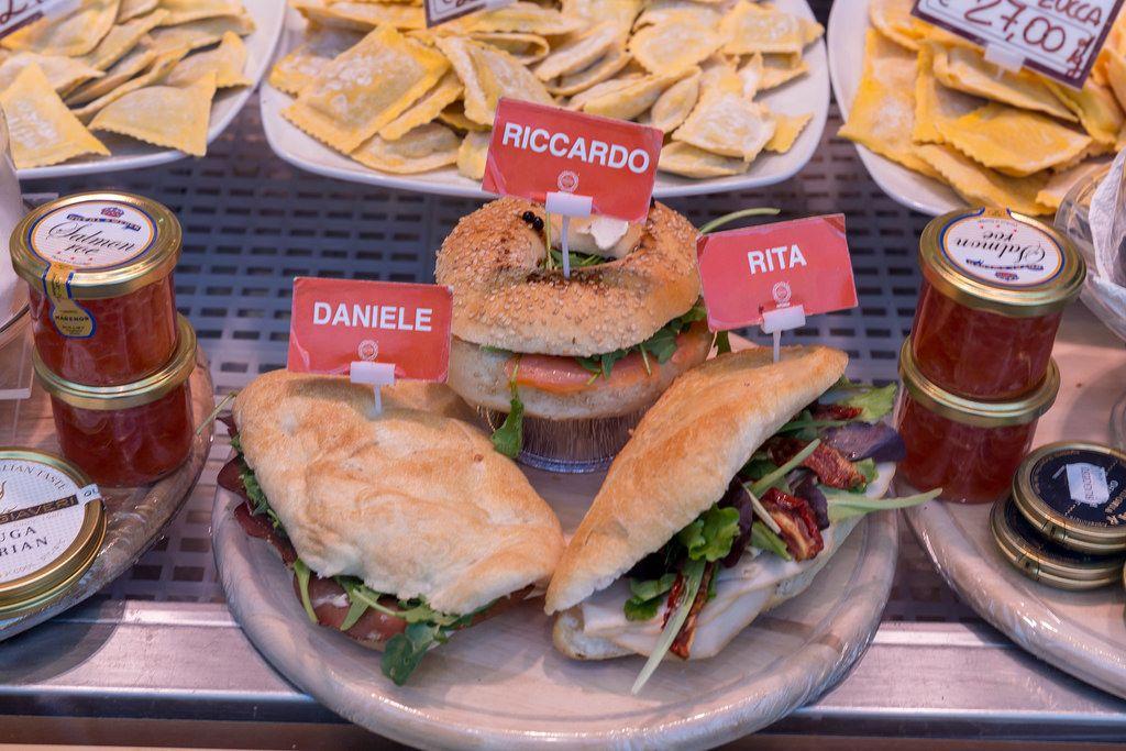 Frische Brötchen mit italienischen Namen mit Ciabatta Brot an einem Stand auf einem Markt in Rom