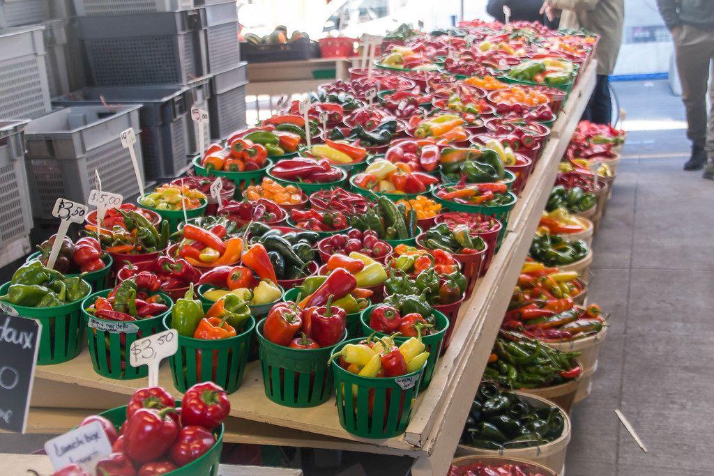 Frische Bunte Gemüsesorten auf einem Tisch auf dem Markt