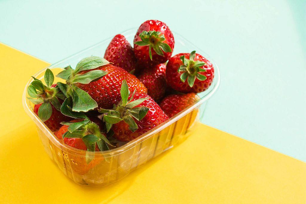 Frische Erdbeeren vor buntem Hintergrund