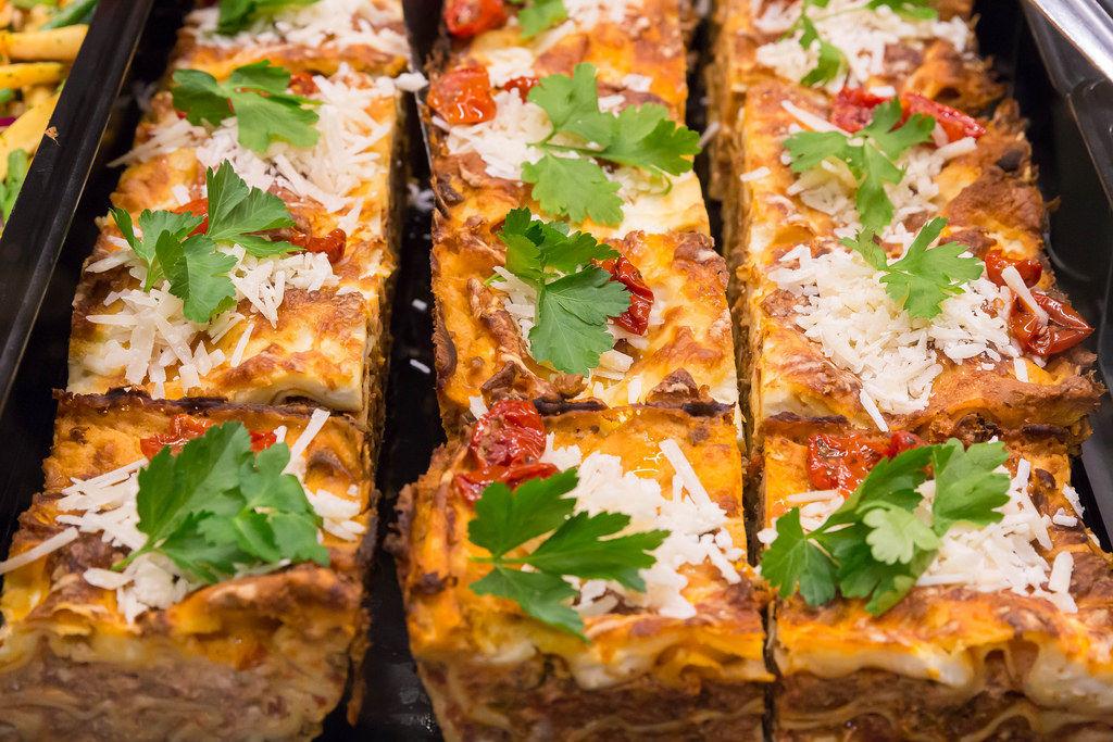 Frische Hackfleisch-Lasagne mit Tomaten und Basilikum