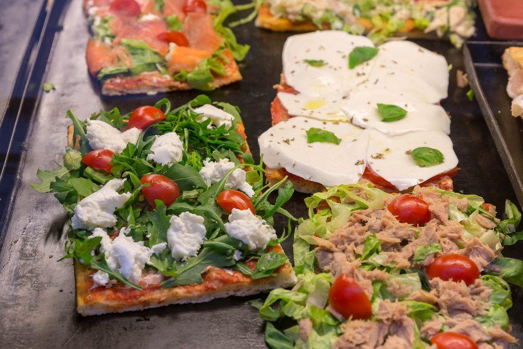 Frische italienische Pizza mit Mozzarella und Thunfisch in Rom