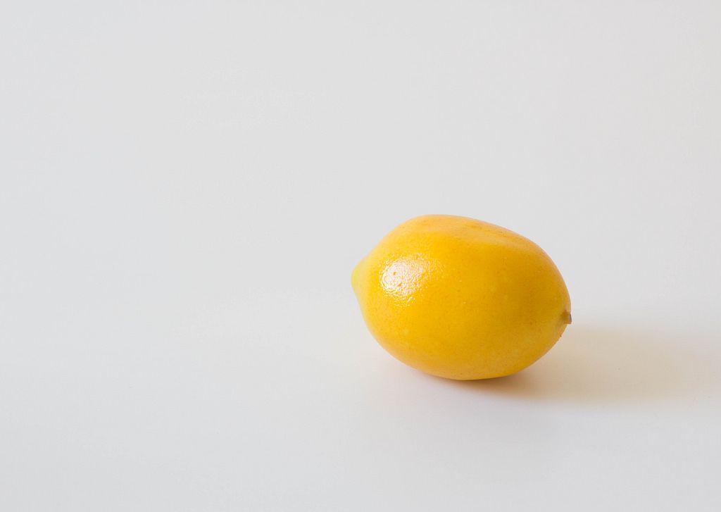 Frische Limone vor weißem Hintergrund