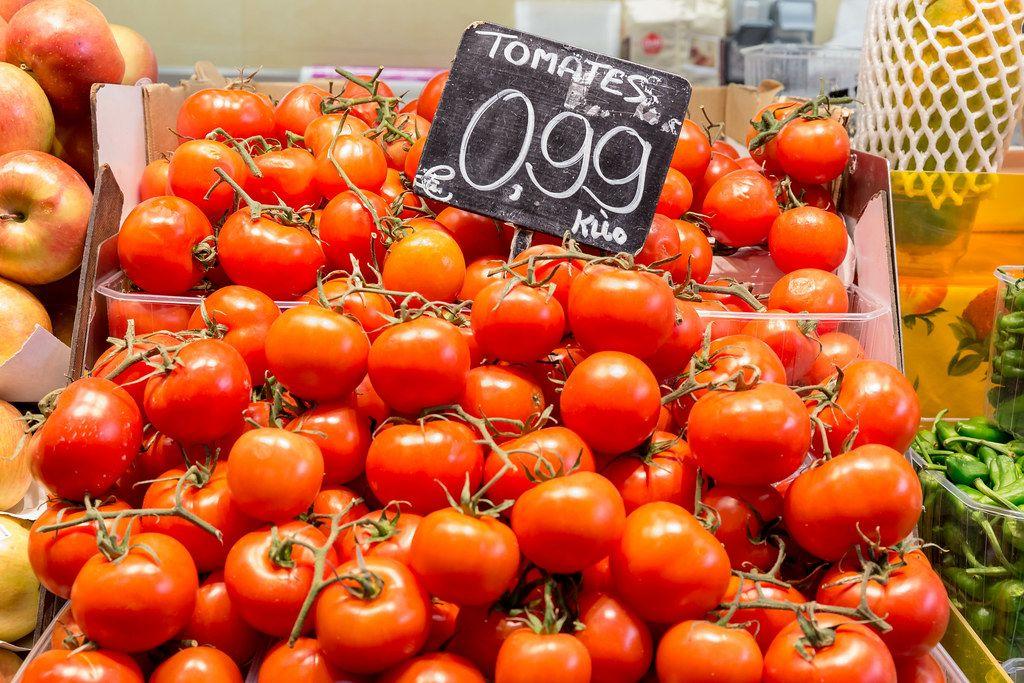 Frische Tomaten, gestapelt an einem Gemüsestand in der Mercat de la Boqueria Markthalle an der Straße La Rambla in Barcelona, Spanien