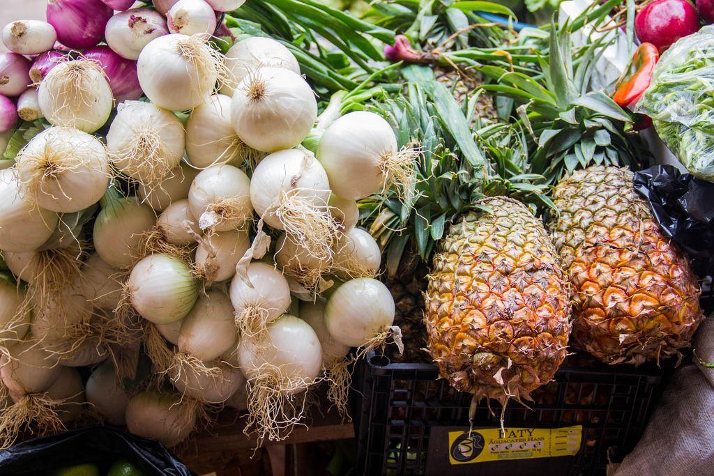 Frische weiße Zwiebeln und Ananas auf dem Markt
