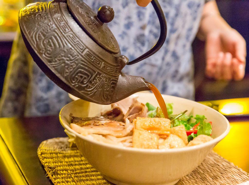 Frische Zubereitung des traditionellen Nudelgerichts Ca lau in Hoi An