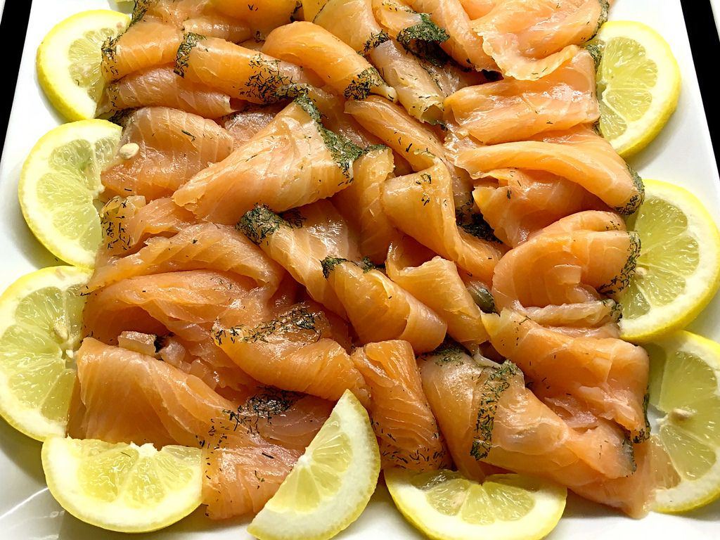 Frischer Lachs mit Zitronen