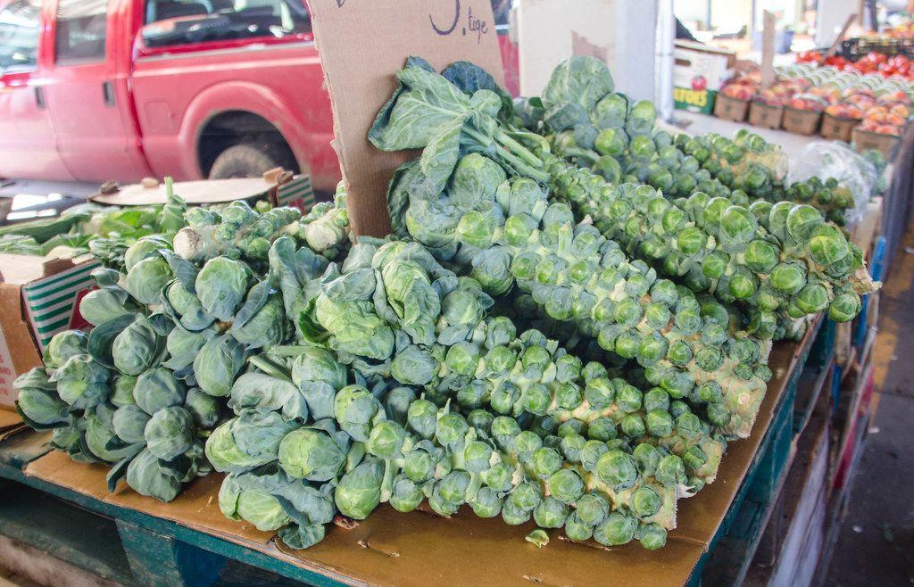 Frischer Rosenkohl auf einem Markt