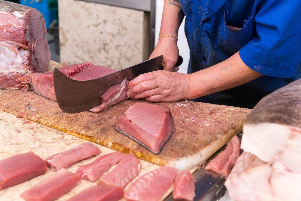 Frischer Thunfisch mit Fischmesser