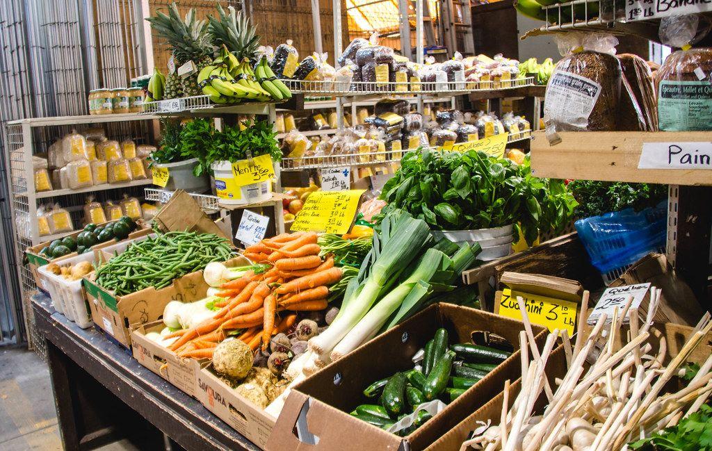 Frisches Gemüse in einem Markt auf dem Tisch