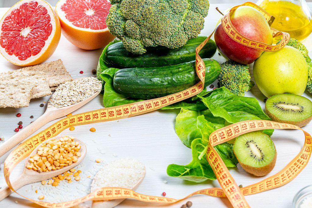 Frisches Obst, Gemüse und Getreide, mit Messband / Maßband, als Gewichtsverlust-Konzept