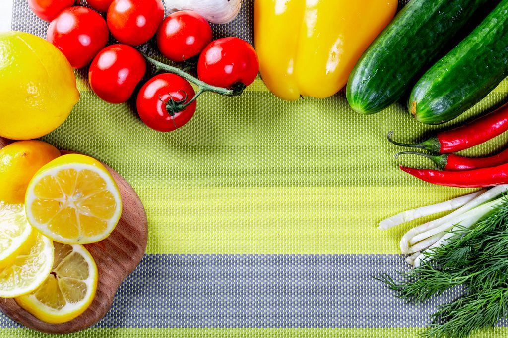 Frisches, rohes Gemüse wie Gurke, Paprika, Tomate mit Kräutern, Knoblauch und Zitrone