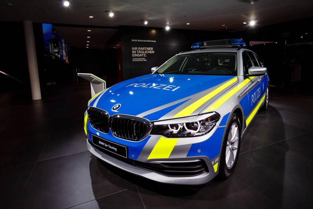 Frontansicht des neuen BMW 5er Touring als Polizeiwagen  bei der IAA 2017