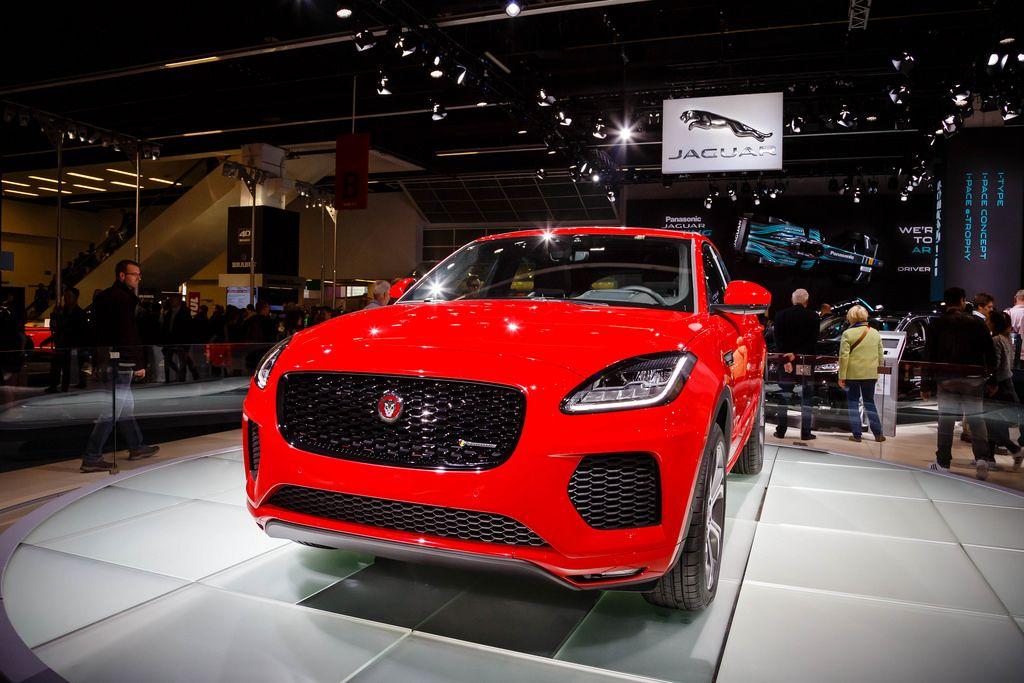 Frontansicht des neuen roten E-Pace d180 von Jaguar bei der IAA 2017